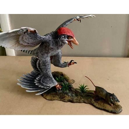 Microraptor jagt Eomaia, Dinosaurier Diorama, Schwarz-Weiß